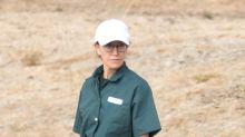 Felicity Huffman luce abatida con su uniforme verde de prisión