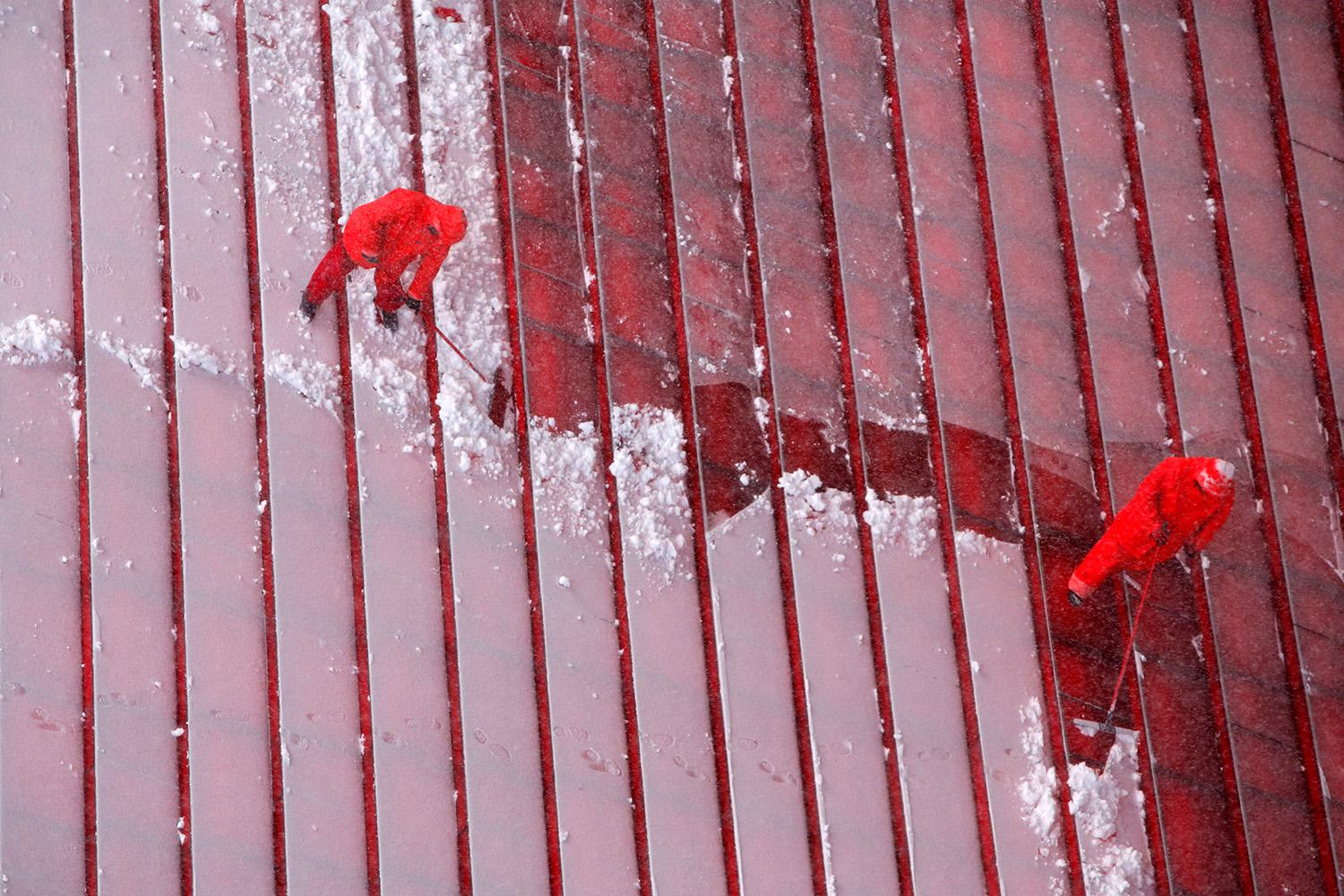 <p>Workers clear steps in Times Square during a winter storm in New York, March 14, 2017. (Andrew Kelly/Reuters) </p>