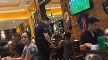 Garçom deixa menino assistir jogo em bar e comove internet