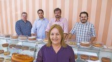 Ela começou a vender bolos caseiros em uma sala e hoje tem mais de 300 lojas