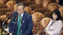 El ministro de ciberseguridad japonés que no ha usado un ordenador en su vida