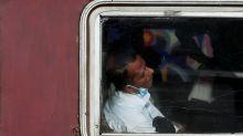 FOTOS I Trenes atestados: el lugar perfecto para esparcir el coronavirus en Sri Lanka