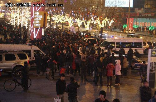 iPhone 4S launch in China draws large crowds, unnecessary violence and SWAT teams (video)