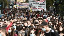 """Le parti néonazi grec Aube dorée qualifié d'""""organisation criminelle"""", la foule exulte"""