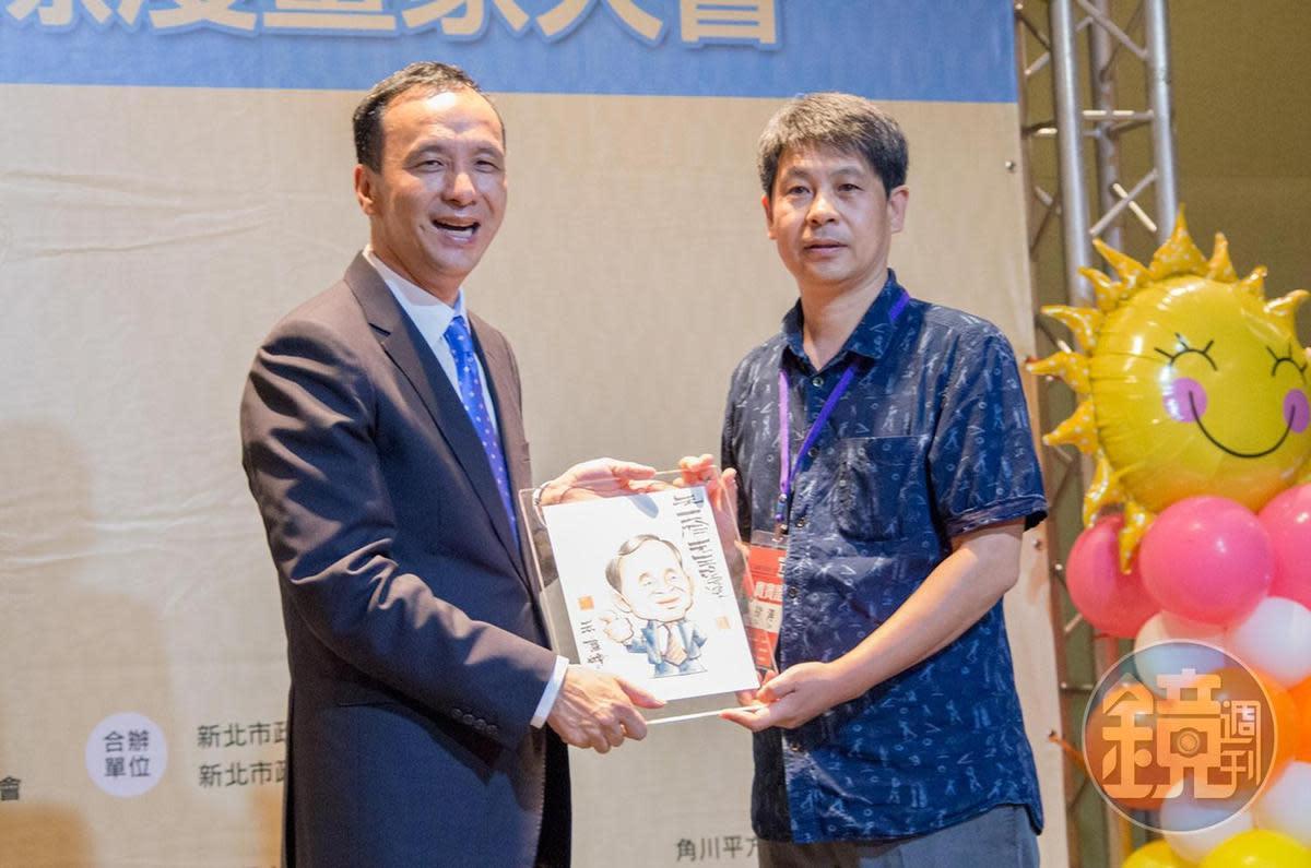 中國漫畫家徐濤致贈手繪畫像給新北市長朱立倫