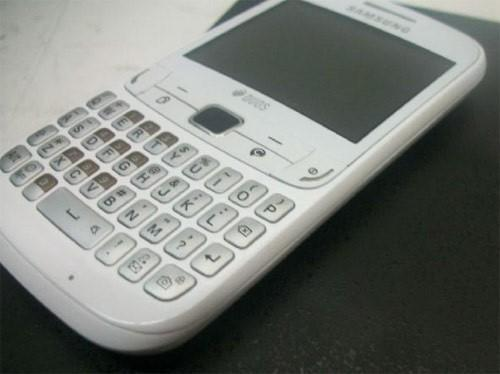 Samsung GT-S3752 Duos gets snapped with dedicated ChatON button by Mr. Blurrycam