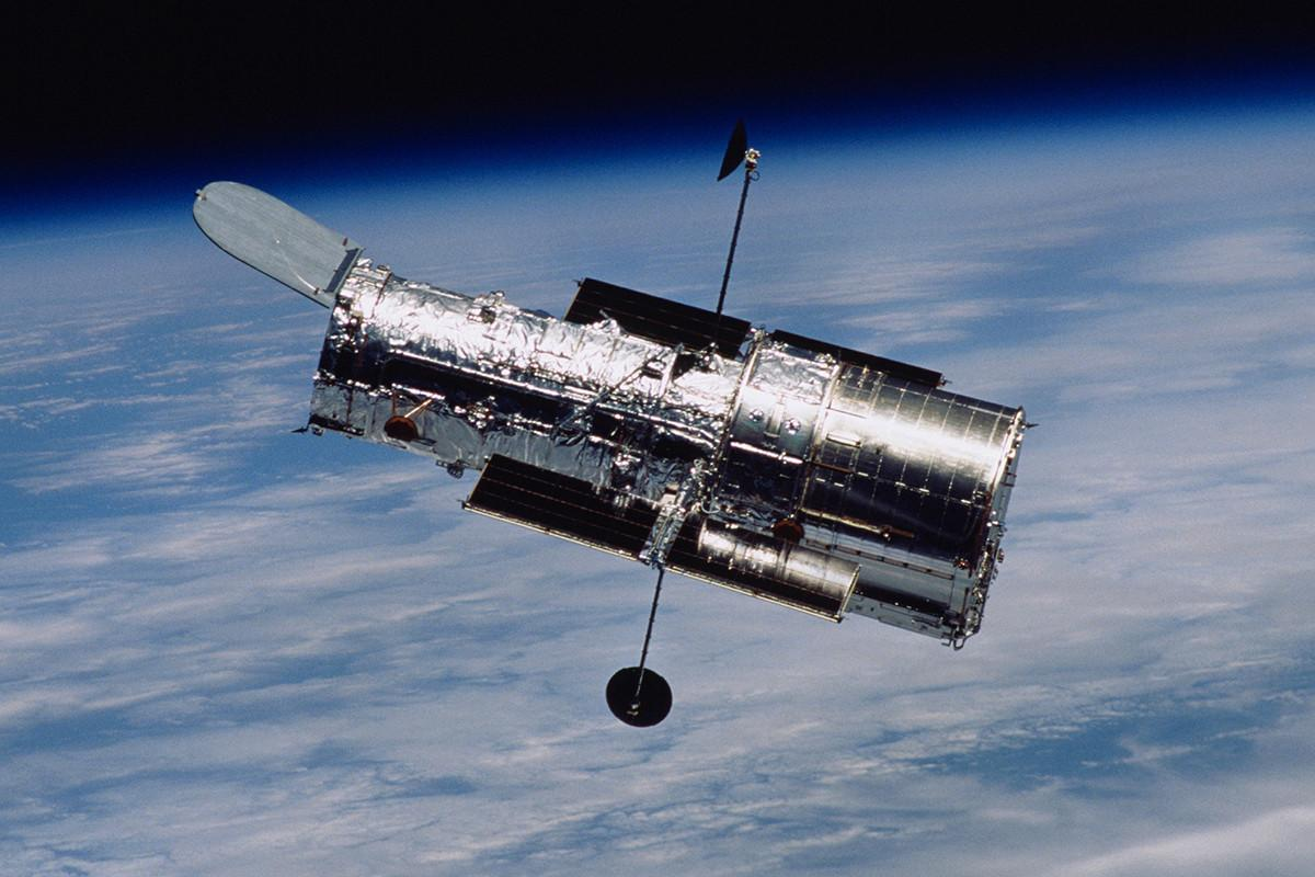 the hubble space telescope The hubble space telescope was designed to view optical light (which we see with our eyes), plus ultraviolet and infrared parts of the electromagnetic spectrum ultraviolet light is emitted by very energetic objects and events, including our sun.