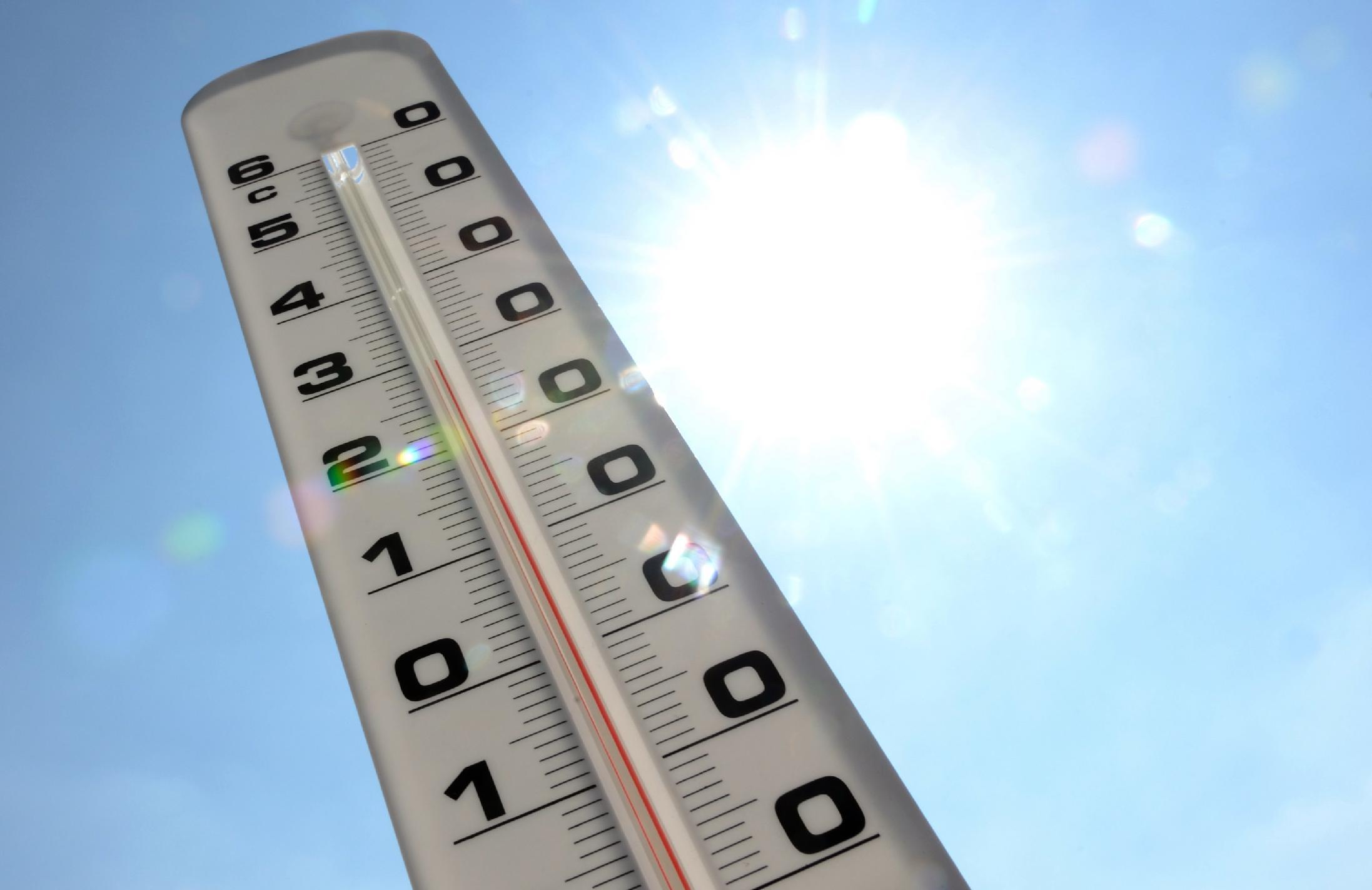 A thermometer shows the temperature rising on July 19, 2013 in Lille, northern France (AFP Photo/Denis Charlet)
