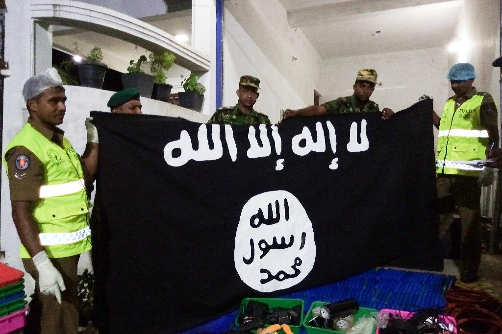 Sri Lankan security personnel display seized items after a raid on what was believed to be a jihadist safe house (AFP Photo/STRINGER)