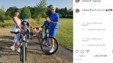 Cristiano Ronaldo con il casco per la gita di famiglia in bicicletta