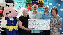 """""""Un pacto es inviolable"""": gana 22 millones de dólares en la lotería y lo divide con un amigo como acordaron hace años"""