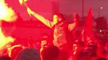 Liverpool-Fans feiern vor Anfields Toren