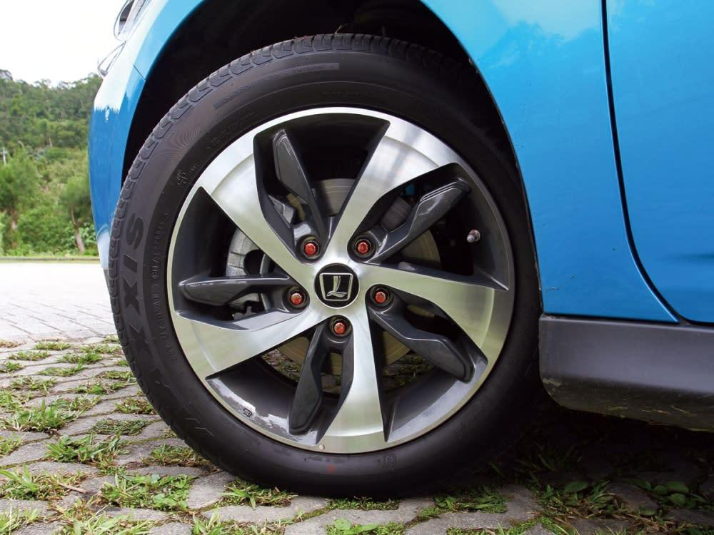 16吋鋁圈採雙色塗裝,轉動腳下跑格氛圍。