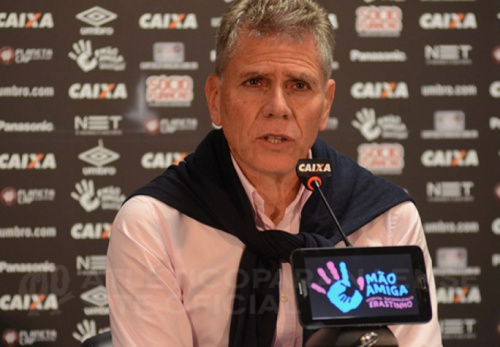 Atlético-PR espera definir na terça-feira a permanência de Paulo Autuori