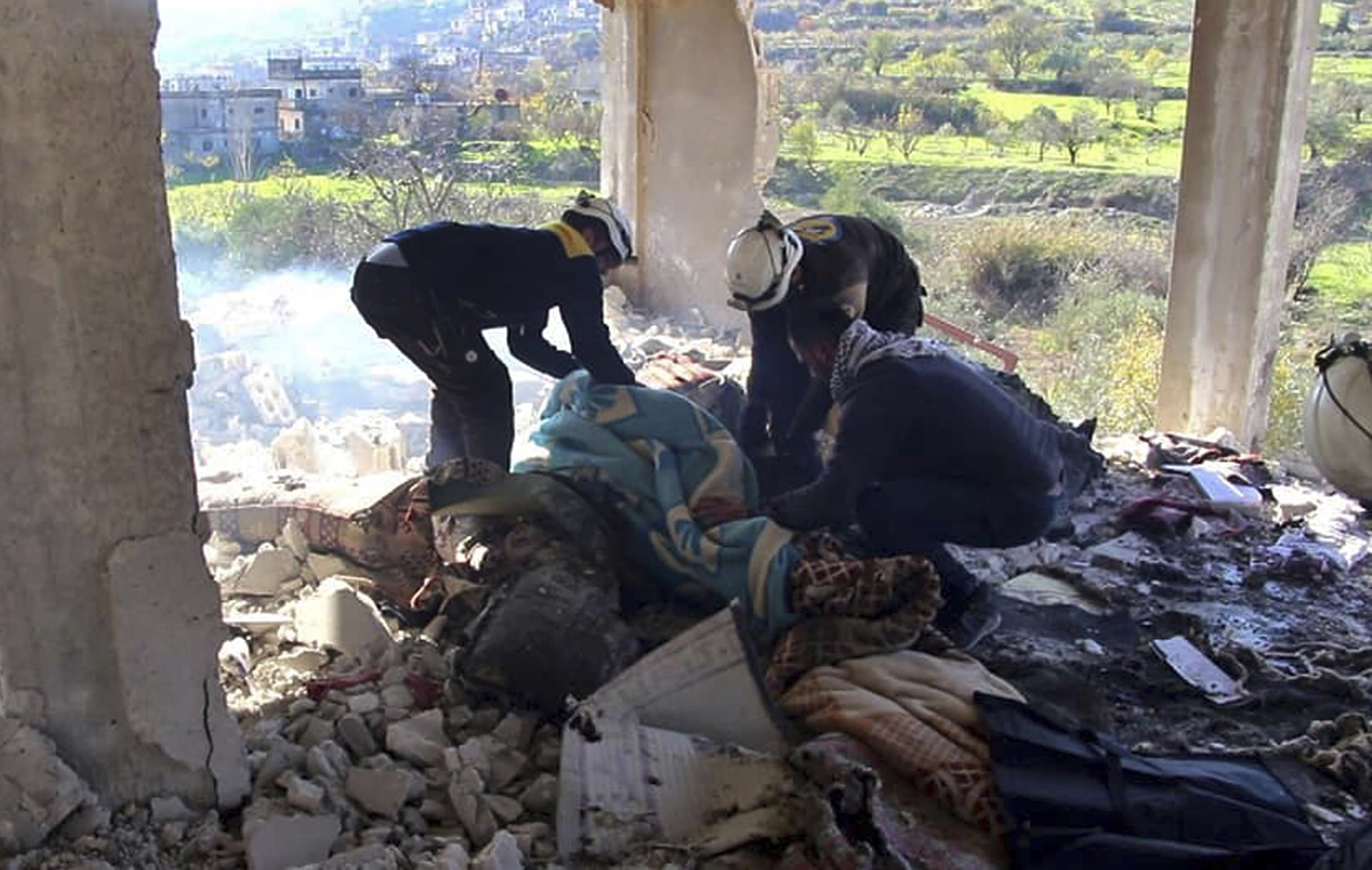 Thousands flee bombardment in northwestern Syria, head to Turkish border