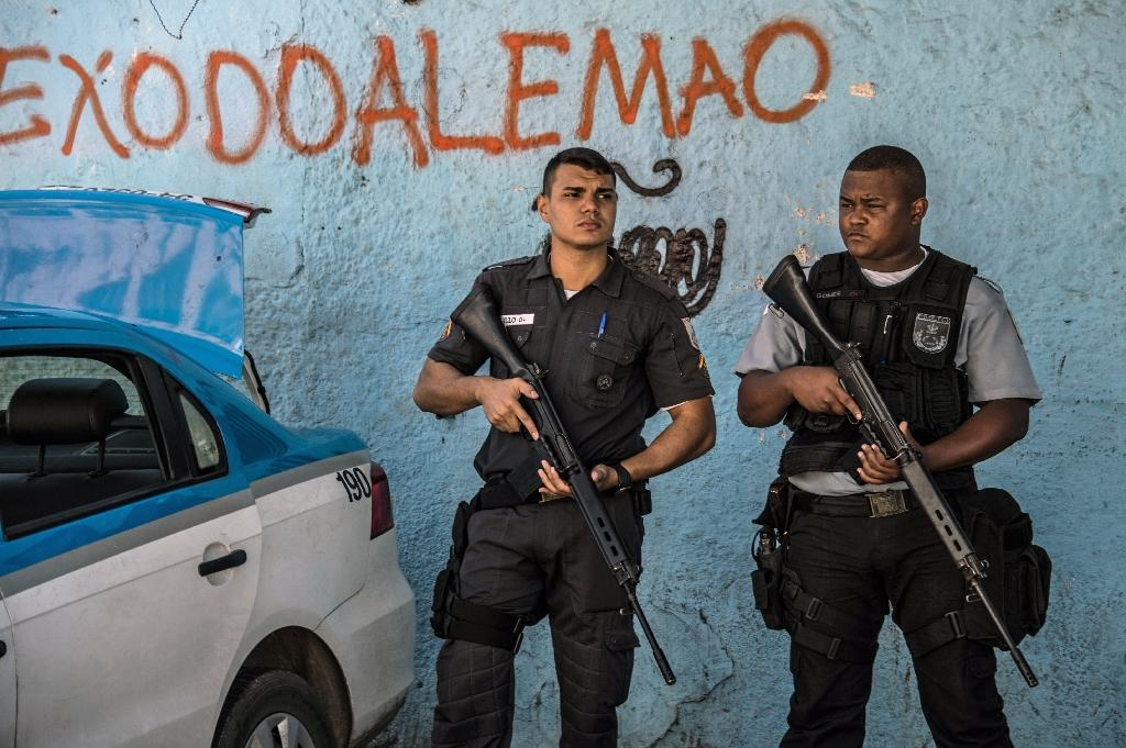 Police officers stand guard at Rio de Janeiro's Alemao favela on April 4, 2015 (AFP Photo/Christophe Simon)