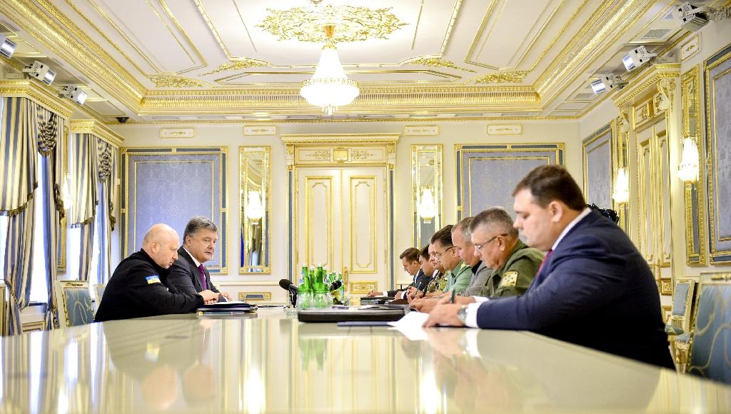 This handout picture taken and released by Ukrainian Presidential press service in Kiev on August 11, 2016 shows Ukrainian President Petro Poroshenko (2L) speaking to the country's high-ranking military officials during their meeting (AFP Photo/Mykola Lazarenko)