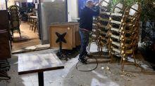 Chaises empilées, ardoises vides: Marseille vit son premier jour cafés fermés