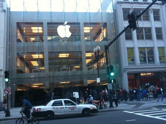 iPad launch: Boston's Boylston Street store