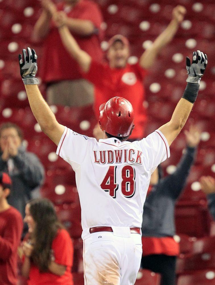 Ryan Ludwick, de los Rojos de Cincinnati, celebra tras empujar la carrera decisiva con un sencillo por el cuadro en el 14º inning de un partido contra los Piratas de Pittsburgh el lunes, 10 de septiembre del 2012.  (Foto AP/Al Behrman)