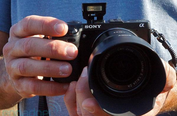 Sony Alpha NEX-7 hands-on preview (video)