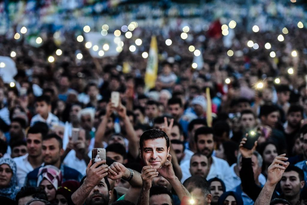 Supporters of imprisoned Selahattin Demirtas, presidential candidate of People's Democratic Party (HDP), hold up the lights of their phones during a rally in Istanbul (AFP Photo/Yasin AKGUL)