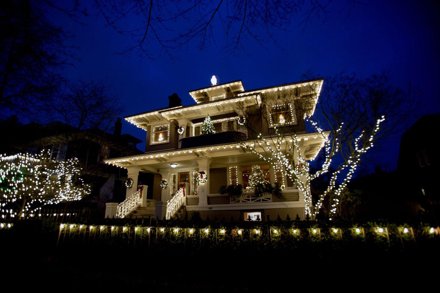 Essential Tips For Putting Up Christmas Lights