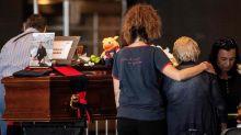 Ponte Genova, alla Fiera i funerali di Stato di 18 vittime. Applausi per i vigili del fuoco