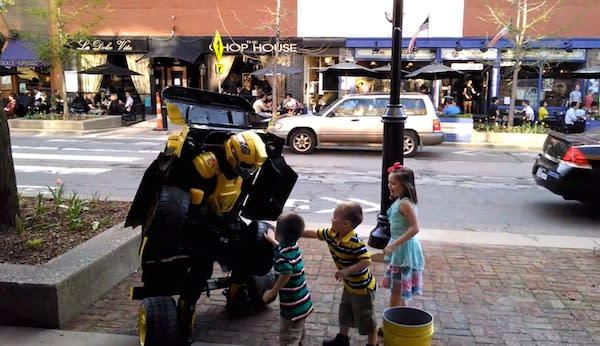 Human Transformer: Straßenverwandlung der besonderen Art