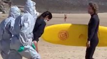 Detienen a una mujer por surfear en España pese a tener coronavirus