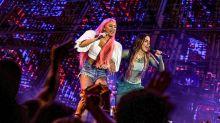 Anitta e Alinne Rosa dão selinho em show em Salvador