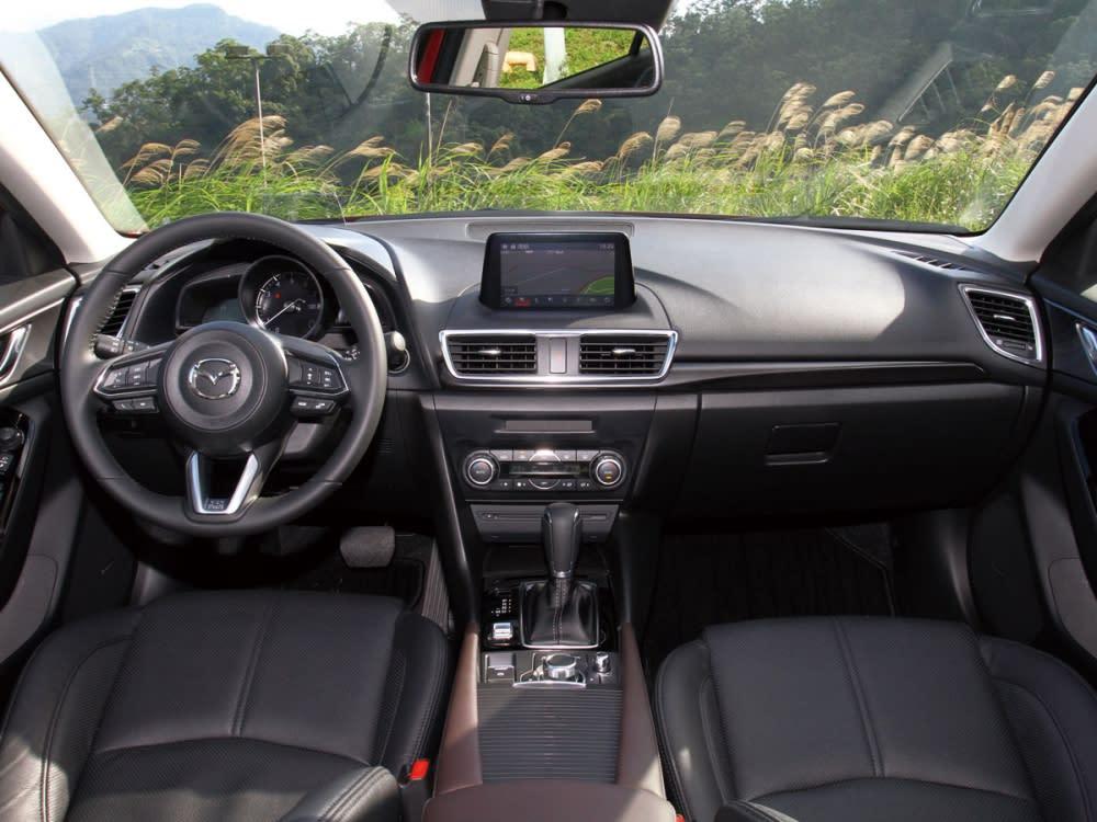 簡潔配置的內裝,使用雙深色皮質與鍍鉻飾條營造出以駕駛為導向的跑車式駕艙。