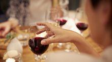 Boire une bouteille de vin par semaine reviendrait à fumer 10 cigarettes pour les femmes