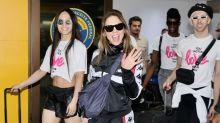 Mel C desembarca em São Paulo com look esportivo para a Parada LGBT