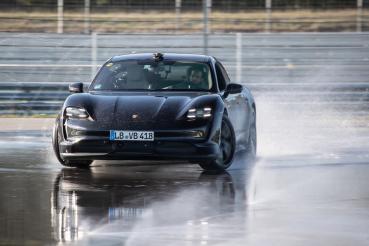 Porsche Taycan「甩」進《金氏世界紀錄大全》、霍根海姆賽道完成甩尾馬拉松!