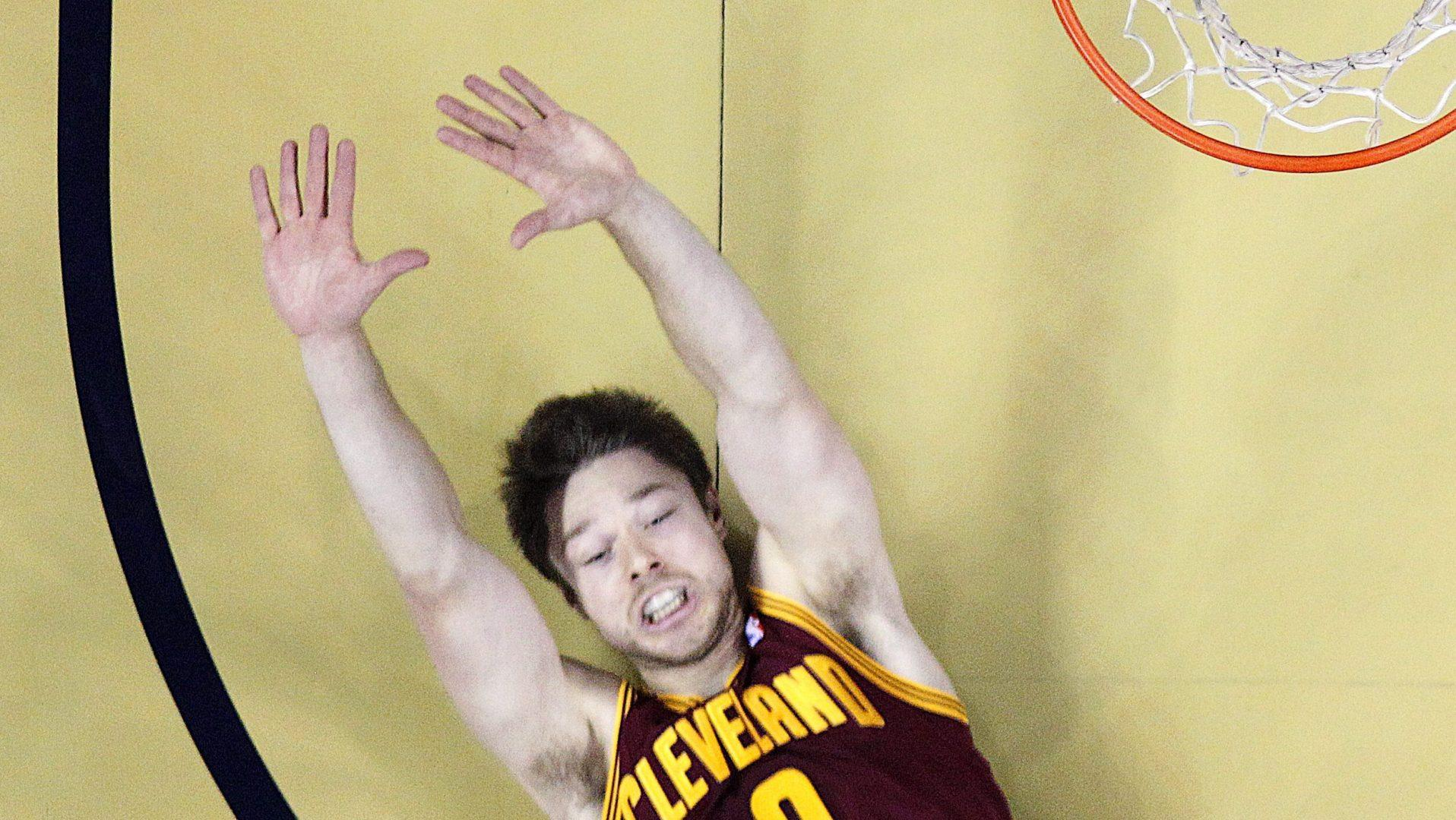 Matthew Dellavedova receives standing ovation in return to Cleveland (VIDEO)