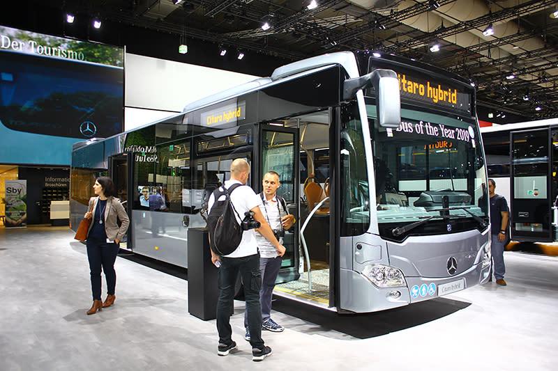 賓士的公車,說什麼也要進去看看。