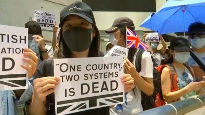 """Hong Kong, proteste, scontri e un sit-in al Consolato britannico: """"Salvateci"""""""