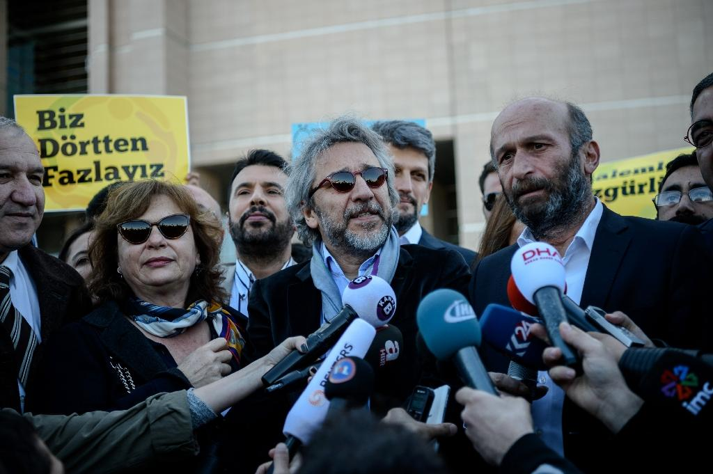 Editor-in-chief of the Cumhuriyet daily Can Dundar (C) and Ankara bureau chief Erdem Gul (R) arrive at the Istanbul courthouse for their trial on April 22, 2016 (AFP Photo/Ozan Kose)