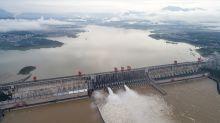 China vuela una presa, suben los muertos por inundaciones
