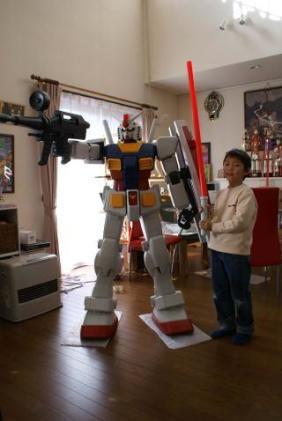 Human-sized Gundam assembled by Maru family