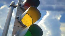 Ampel bei Gelb überqueren kann auch strafbar sein