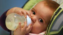 Las cuestionadas prácticas de los fabricantes de leche de fórmula acusados de utilizar la pandemia de covid-19