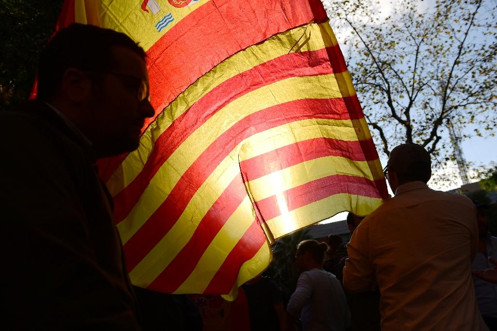 A protester waves the Spanish and Catalan flags together (AFP Photo/PIERRE-PHILIPPE MARCOU)