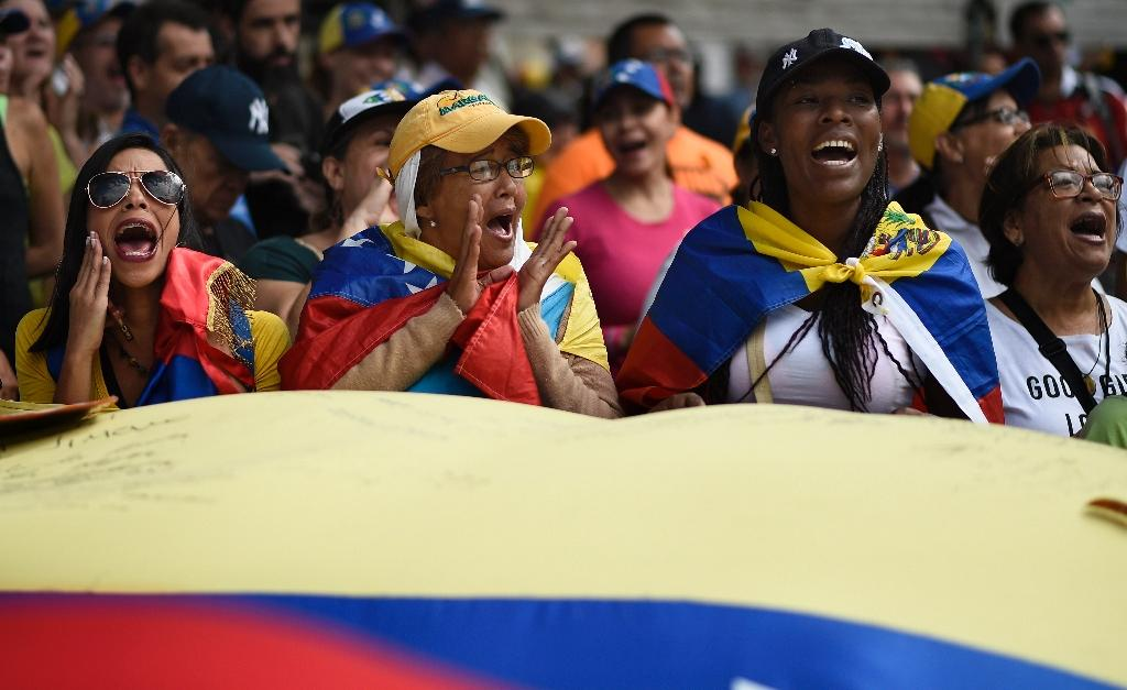 Guaido's supporters cheer as they start gathering for a rally in Caracas on February 12, 2019 (AFP Photo/Federico PARRA)