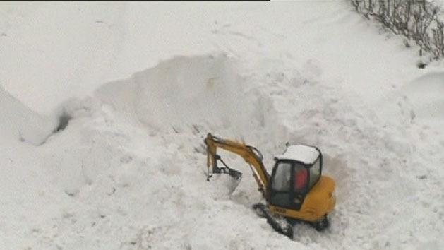 Thousands stranded by snowdrifts