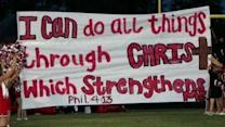 Judge allows Texas cheerleaders to display religious banners