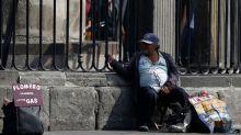Agobiados por el desempleo, mexicanos echan mano de sus pensiones