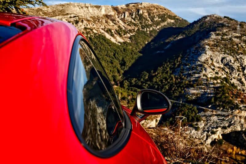 後擋與側窗也被削薄,隔音難免較差,但更能感受引擎與排氣音爆的浪漫。