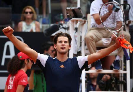 El tenista Dominic Thiem celebra después de ganar el partido contra Rafael Nadal, en Roma, Italia.